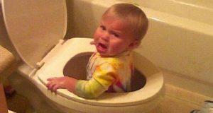 Khi trẻ con vào nhà vệ sinh